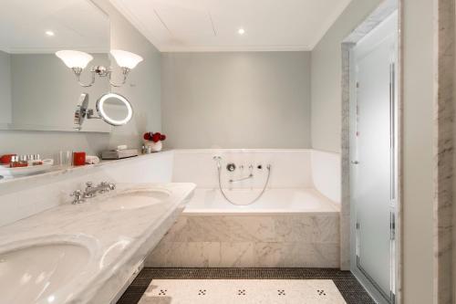 Ein Badezimmer in der Unterkunft Schlosshotel Kronberg - Hotel Frankfurt
