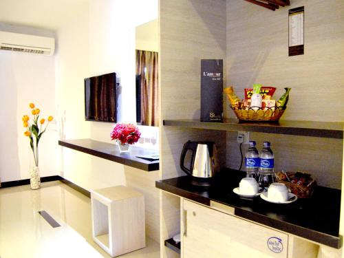 A kitchen or kitchenette at 89 Hotel