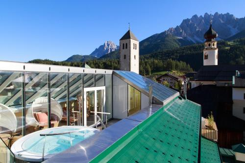 The swimming pool at or near Hotel Cavallino Bianco - Weisses Roessl
