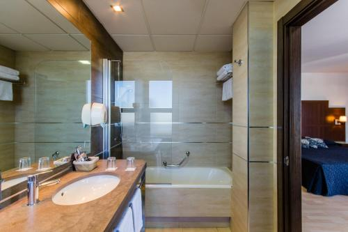 A bathroom at YIT Conquista de Granada