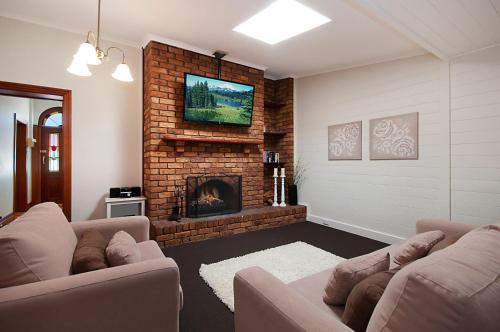 A seating area at Historic Central Cottage In Warrnambool