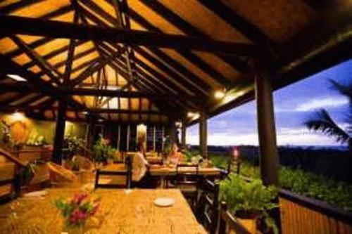 Un restaurante o sitio para comer en Palmlea Farms Lodge & Bures - Villas