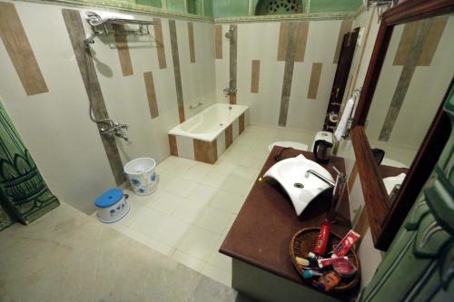 A bathroom at Hotel Radhika Haveli, Mandawa