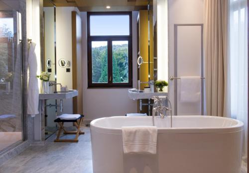A bathroom at Hôtel Royal