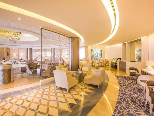 The lounge or bar area at Habtoor Grand Resort, Autograph Collection