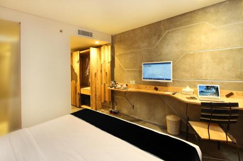Een TV en/of entertainmentcenter bij Greenhost Boutique Hotel Prawirotaman