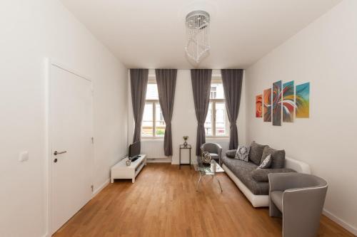 Een zitgedeelte bij Designer Prague City Apartments