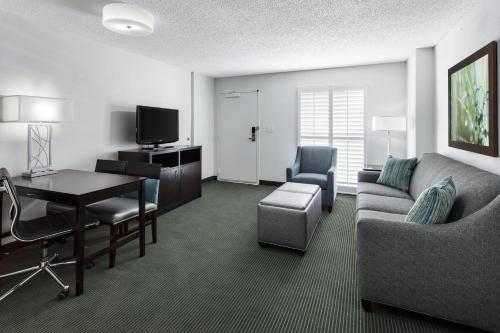 A seating area at Embassy Suites by Hilton- Lake Buena Vista Resort