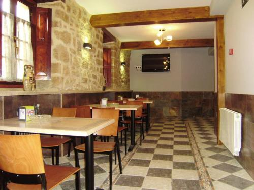 A restaurant or other place to eat at Hotel Rural Las Palmeras Muskiz