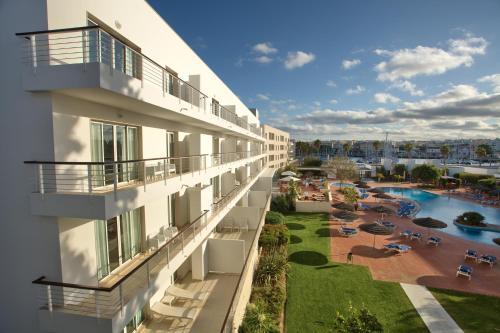 Ein Blick auf den Pool von der Unterkunft Marina Club Lagos Resort oder aus der Nähe