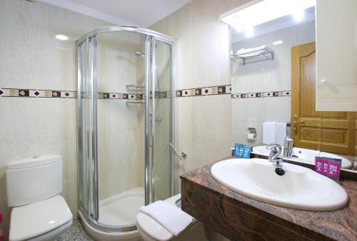 A bathroom at Apartamentos Nuriasol