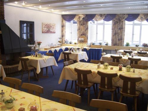 Ein Restaurant oder anderes Speiselokal in der Unterkunft Landhotel Zur Wegelnburg