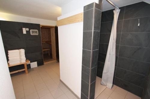 A bathroom at Chalet Hotel Krone