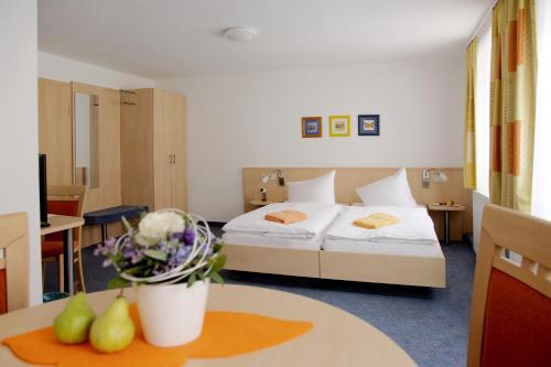 Кровать или кровати в номере Adler-Hotel Delitzsch