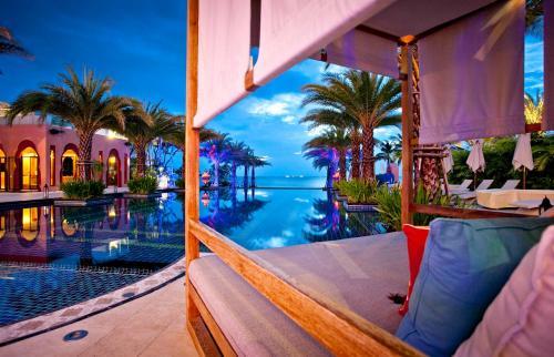 華欣馬拉喀什Spa度假酒店游泳池或附近泳池