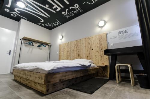 Een bed of bedden in een kamer bij Main Square Hostel