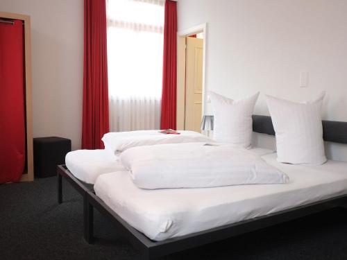 Ein Bett oder Betten in einem Zimmer der Unterkunft Hotel Brauerei Frohsinn