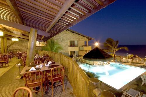 Uitzicht op het zwembad bij Visual Praia Hotel of in de buurt
