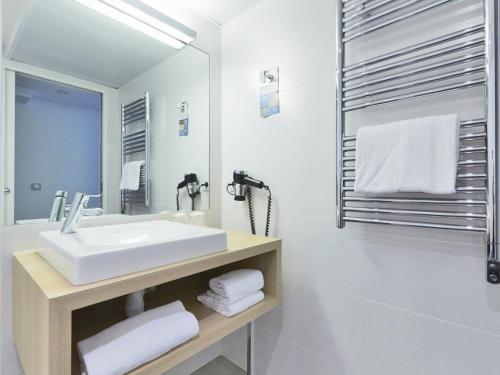 Um banheiro em Kyriad Paris 18 - Porte de Clignancourt - Montmartre