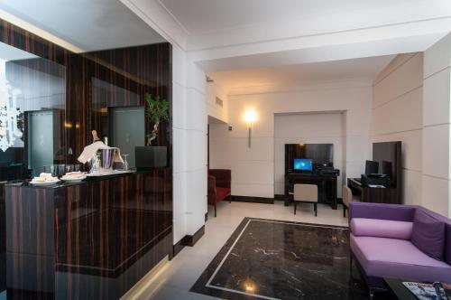 A kitchen or kitchenette at Hotel Alexandra
