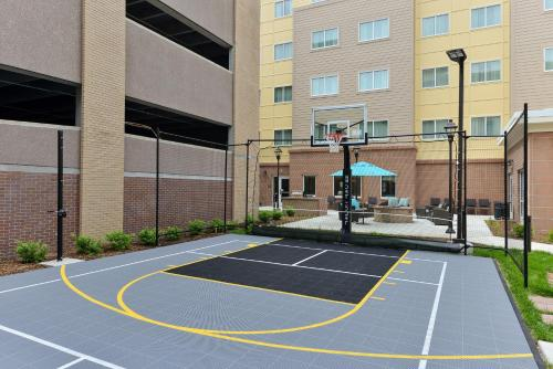 Tennis and/or squash facilities at Residence Inn by Marriott Des Moines Downtown or nearby