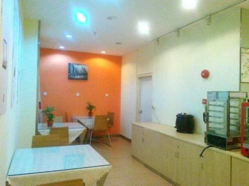 A kitchen or kitchenette at 7Days Inn Guangzhou Guihuagang