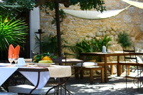 A restaurant or other place to eat at Sa Plana Petit Hotel