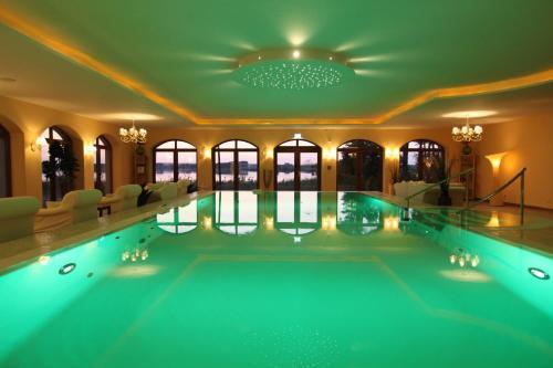 Der Swimmingpool an oder in der Nähe von Panorama Hotel am Oberuckersee