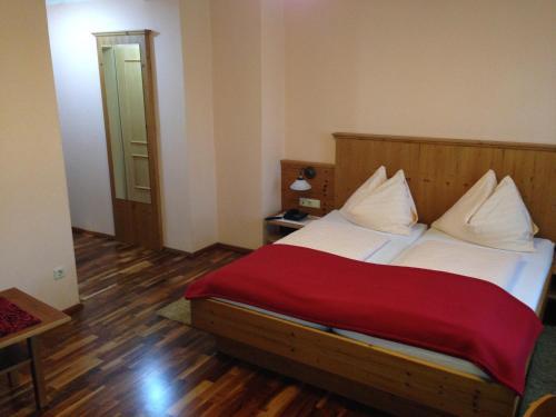 Ein Bett oder Betten in einem Zimmer der Unterkunft Gasthof Safenhof