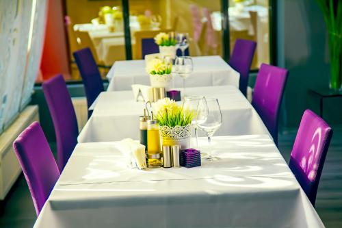 A restaurant or other place to eat at Hotel Trianon
