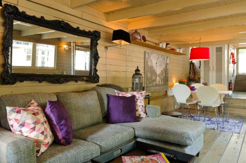 A seating area at Houseboat Prince-Avalon