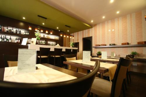 A restaurant or other place to eat at Central Hotel 21 and Apartments