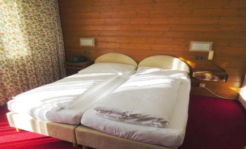 A bed or beds in a room at Pension Churlis