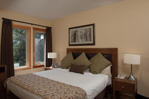 A bed or beds in a room at Lodges at Canmore