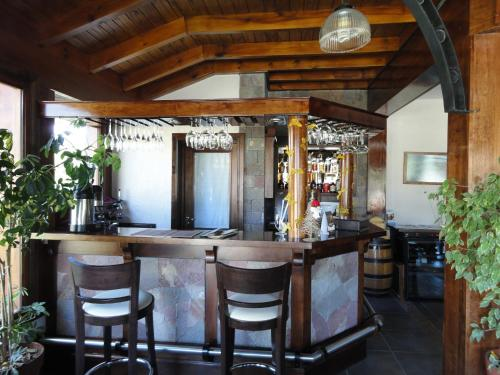 La sala de estar o bar de Patagonia Queen Hotel Boutique