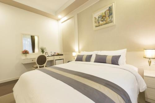A bed or beds in a room at Anik Boutique Hotel