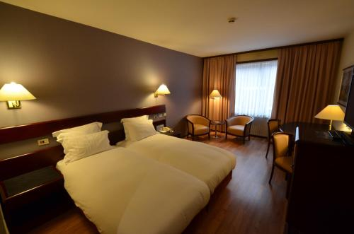 A bed or beds in a room at Bedford Hotel & Congress Centre