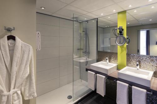 A bathroom at Mercure Hotel Groningen Martiniplaza
