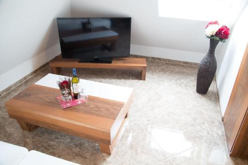 Телевизор и/или развлекательный центр в Alpha & Omega Hotel