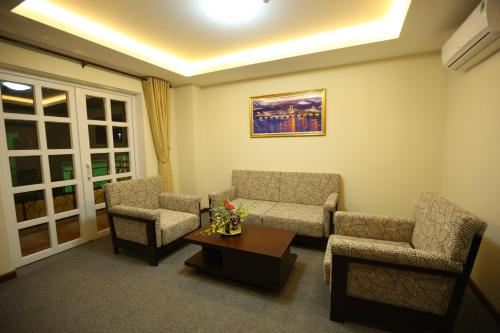 Khu vực ghế ngồi tại Tien Sa Hotel
