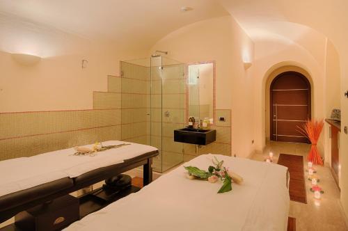 A bathroom at Grand Hotel Palazzo Livorno MGallery