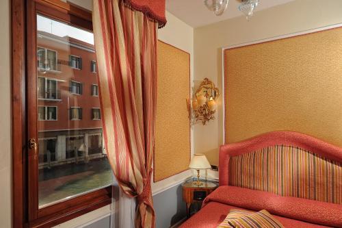 A seating area at Hotel Arlecchino