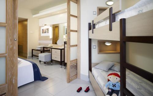 Een stapelbed of stapelbedden in een kamer bij Esperides Beach Resort