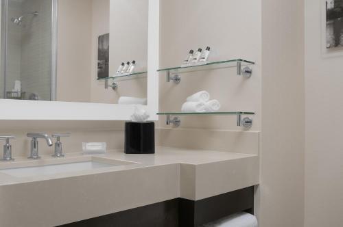 A bathroom at Hilton Garden Inn Times Square Central