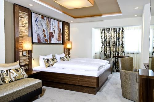 A bed or beds in a room at Hotel Garni Astoria