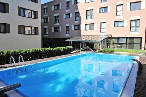 Der Swimmingpool an oder in der Nähe von Melrose Apartments
