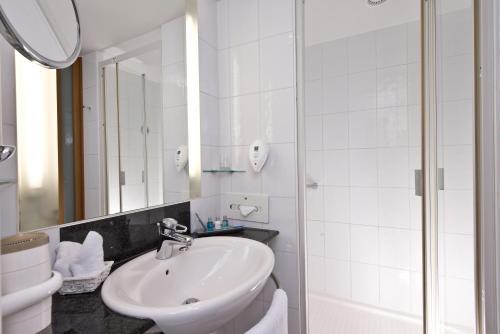 A bathroom at Radisson Blu Fürst Leopold Hotel