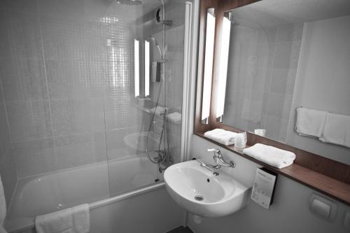 A bathroom at Campanile Mulhouse - Morschwiller