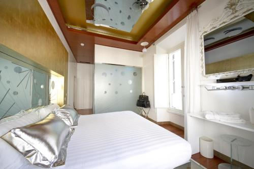 A bed or beds in a room at Hotel Trecento