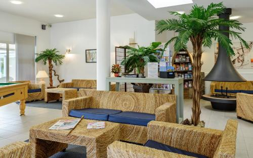 The lobby or reception area at Lagrange Vacances Le Hameau De Peemor Pen
